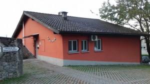 foto della casa rossa ripresa da viale Cassone